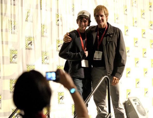 Скотт Бакула с поклонником на Comic-Con 2010