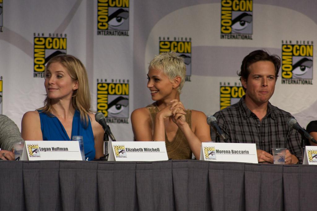 Элизабет Митчелл, Морена Баккарин и Скотт Вульф на Comic-Con 2010