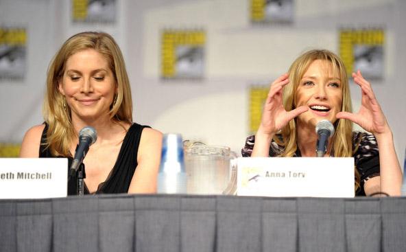 Элизабет Митчелл и Анна Торв на Comic-Con 2010