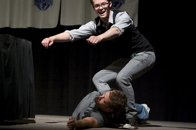 Нейл Грейстон и Колин Фергесон демонстрируют случай на съемках Эврики