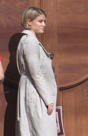 Сара Джонс на съемках сериала Алькатрас