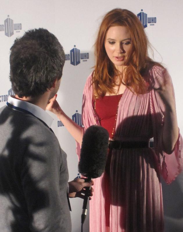 Карен Гиллан отвечает на вопросы репортера