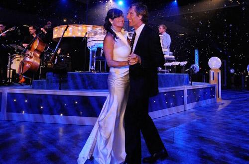 Скотт Бакула танцует со своей женой Челси Филд на Эмми 2010