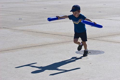 Тень от ребенка + дорожный люк
