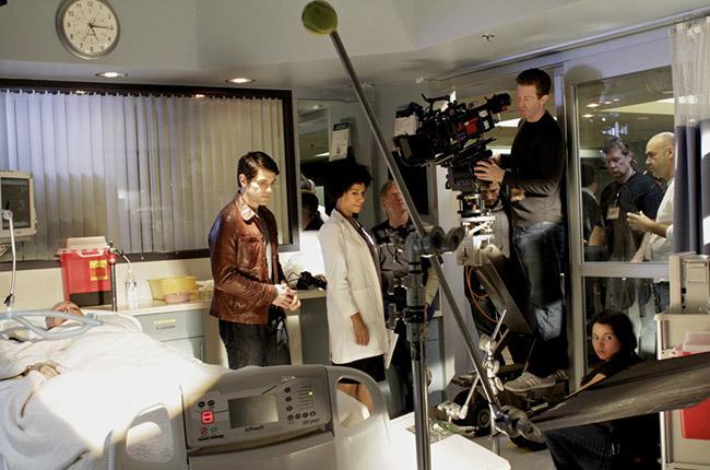Кейт Бертон (в кровати), Дэвид Гиунтоли, Айанна Беркшир на съемках Grimm