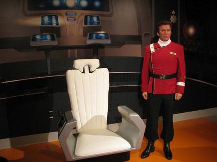 Восковая фигура Кирка и капитанское кресло