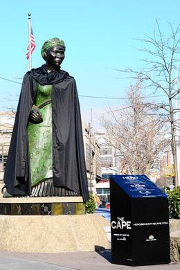Памятник с накидкой в Нью-Йорке