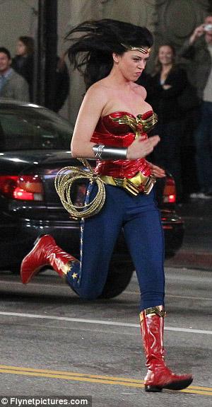 Эдрианн Палики на съемках Wonder Woman
