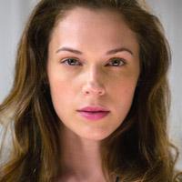 Аманда Ригетти в сериале Колония - официальное фото