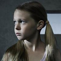 Изабелла Крамп в сериале Колония - официальное фото