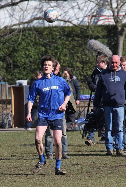 Мэтт Смит играет в футбол