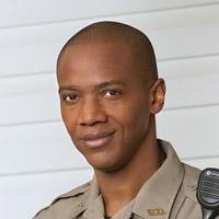 Дж. Аугуст Ричардс в сериале Кевин Спасает Мир - официальное фото