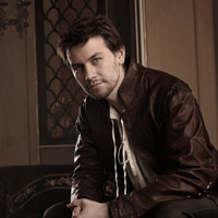 http://scifi-tv.ru/images/series/Reign/promo_photo_1_Torrance_Coombs_photo.jpg