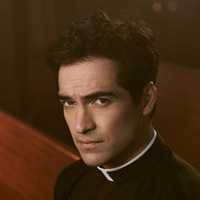 Альфонсо Эррера в сериале Изгоняющий Дьявола - официальное фото