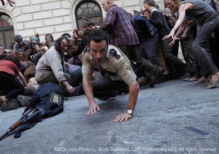 Рик пытается убежать от зомби в сериале Walking Dead